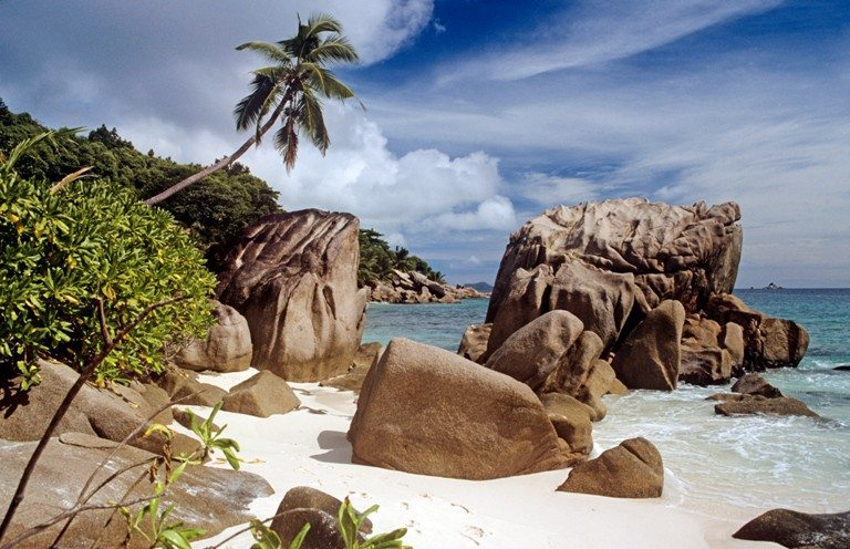 Rocks on a beach in the seychelles © Depositphotos