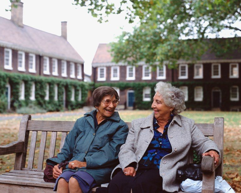 Senior women sitting on a wooden bench © Depositphotos