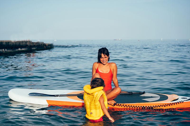 мам учит ребенка плавать