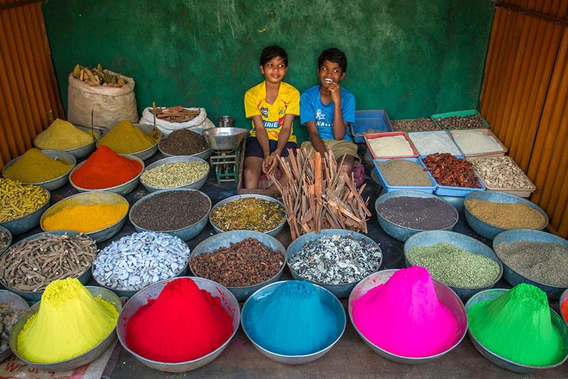 дети продают краски к холи