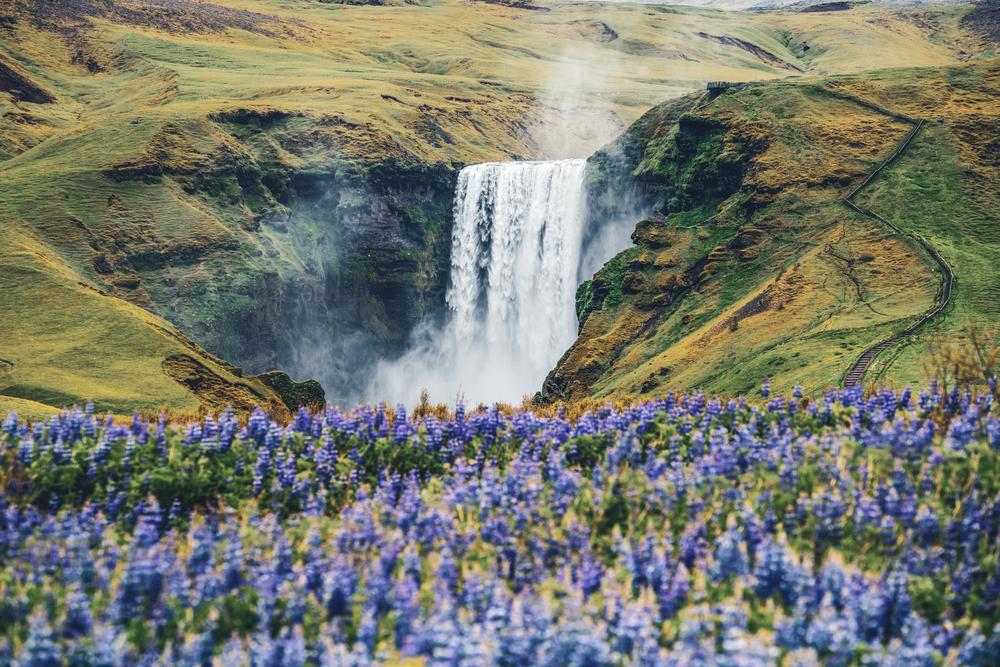 водопад в Исландии весной