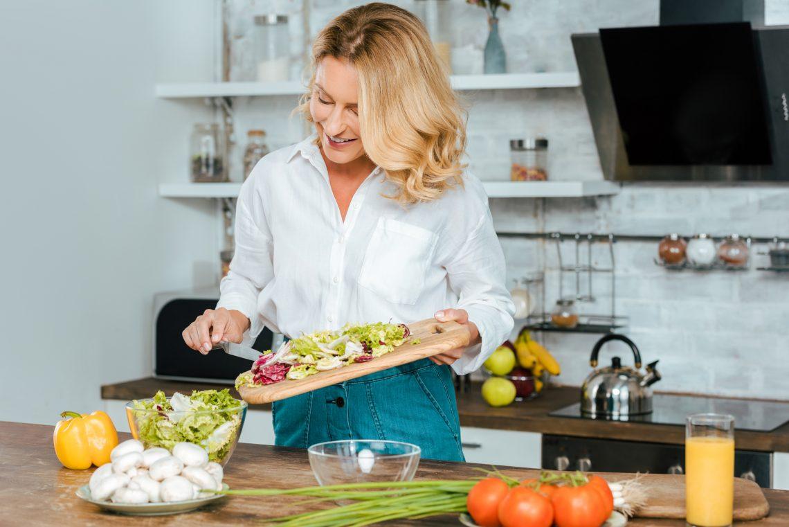 фото женщина готовит салат на кухне