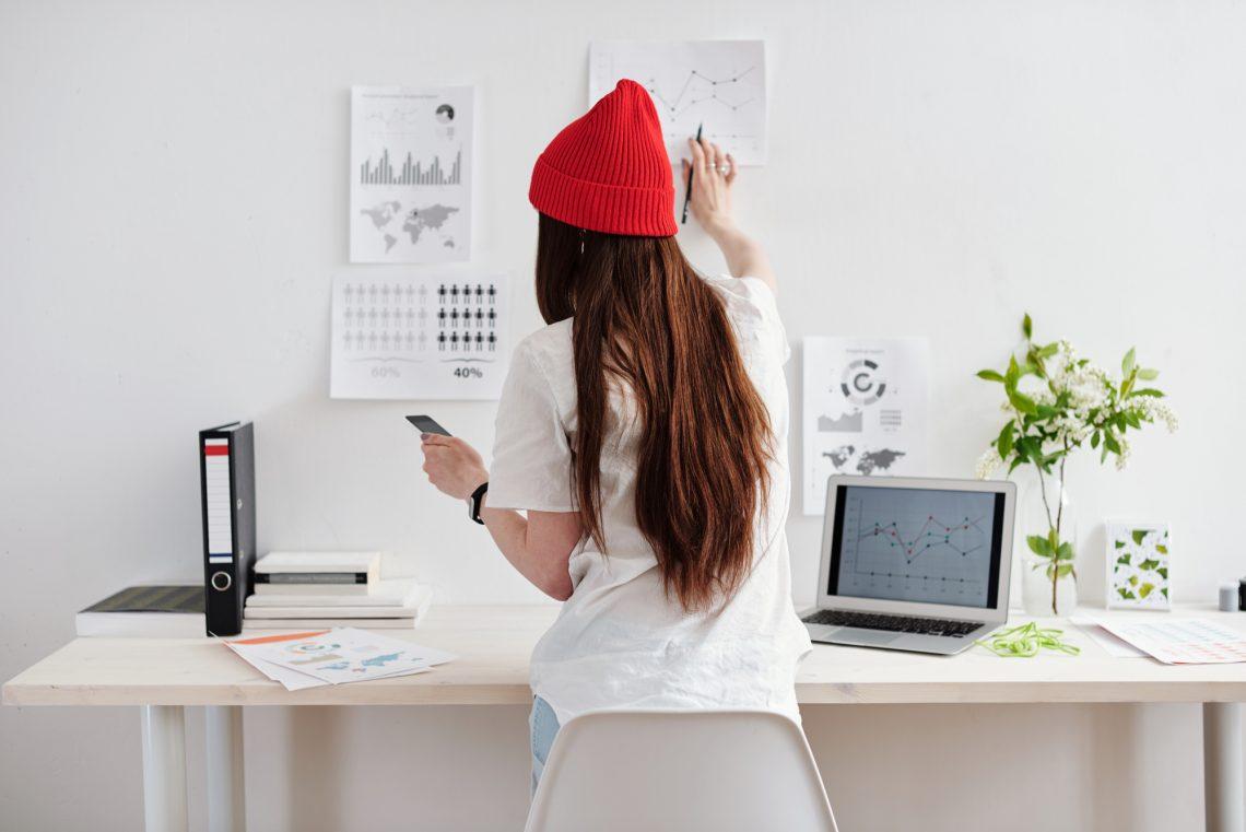 женщина сверяет графики фото