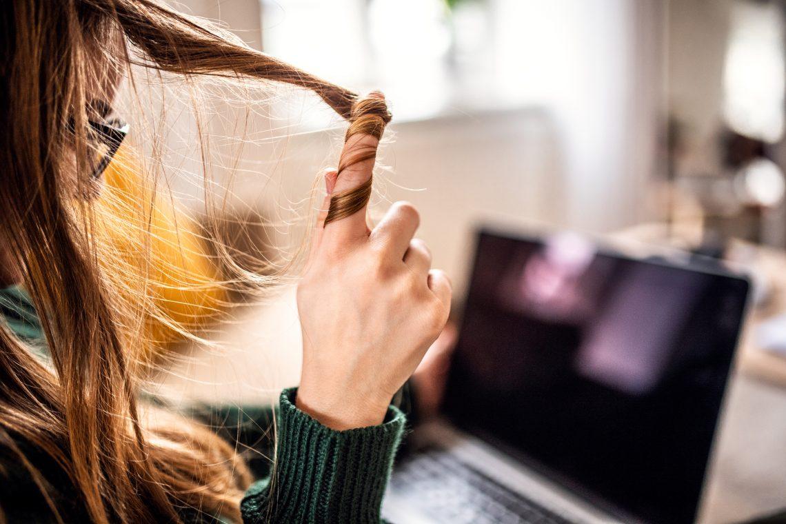 женщина работает за ноутбуком фото