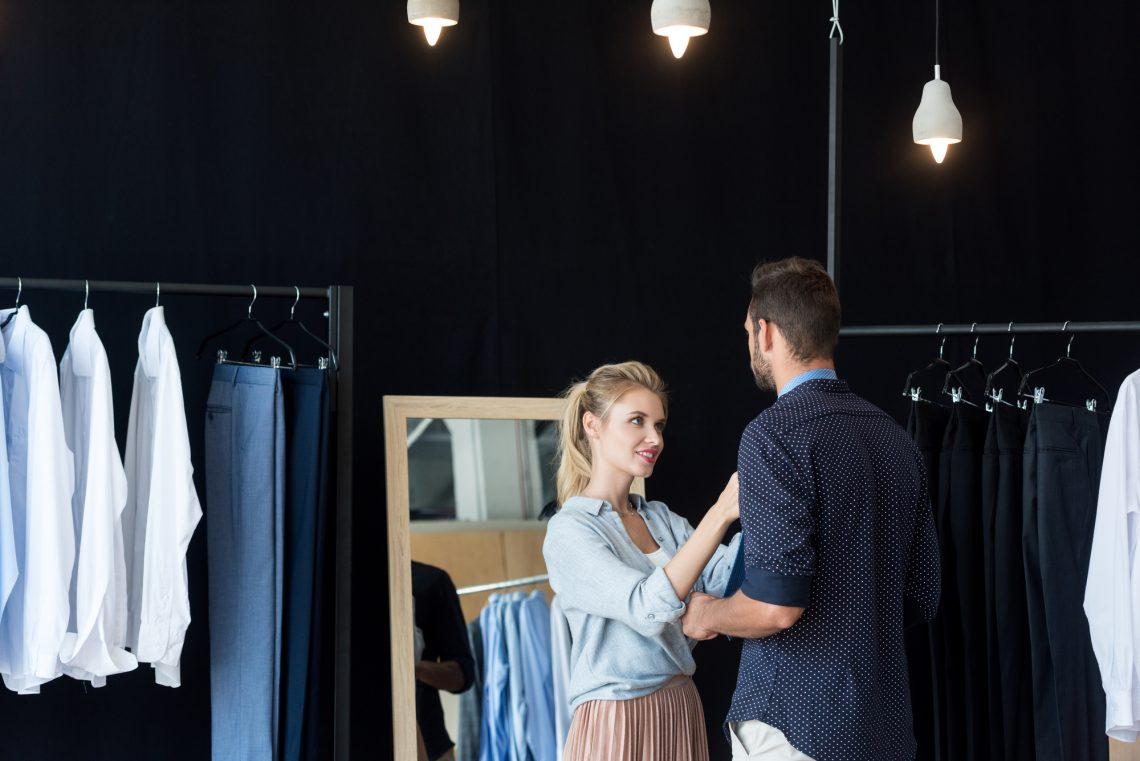 мужчина меряет одежду в магазине фото