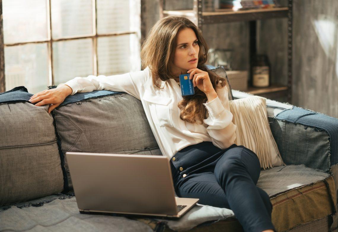женщина делает онлайн-покупки фото