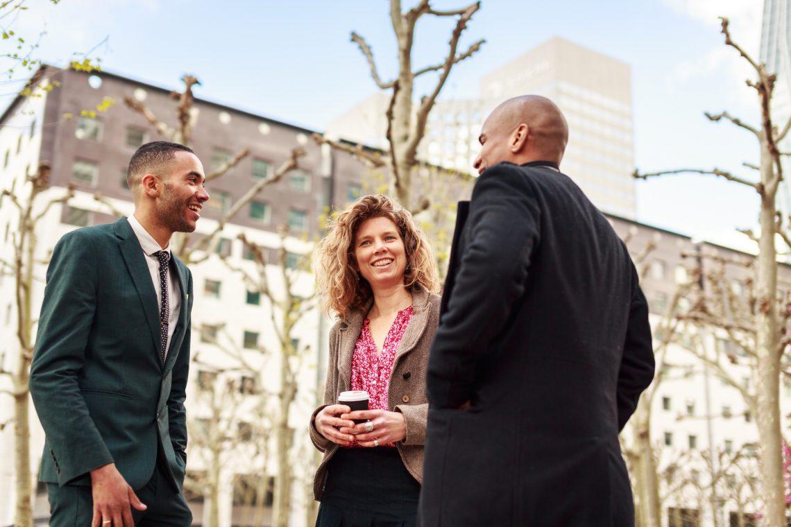 офисные работники общаются на улице фото