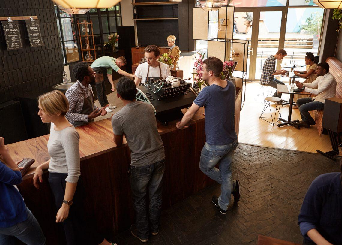 люди общаются в баре фото