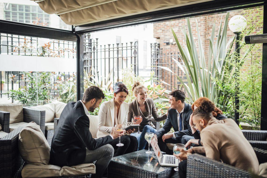 офисные работники общаются в баре фото