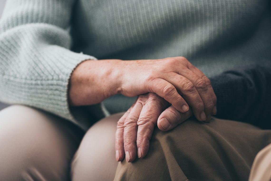пожилые люди держатся за руки фото