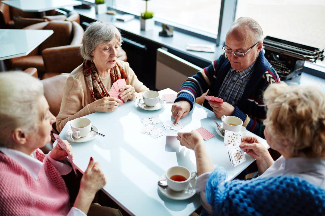 пожилые люди пьют чай и играют в карты фото
