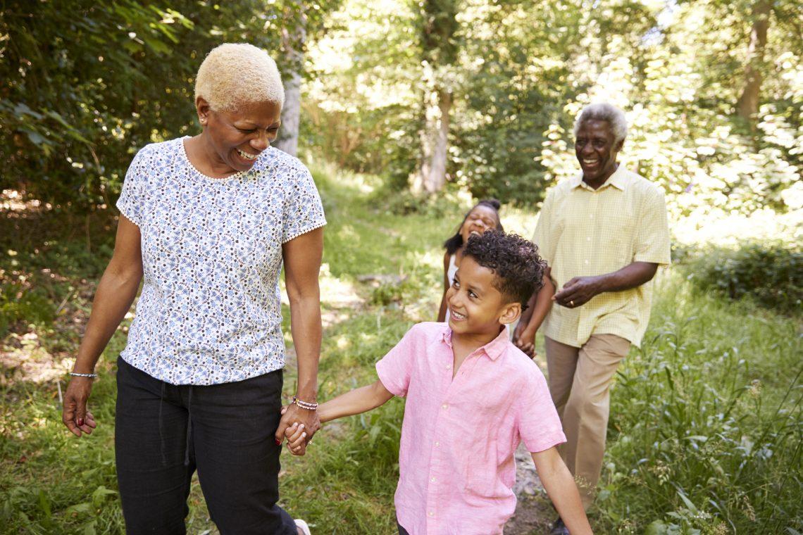 пожилая пара гуляет с внуками фото