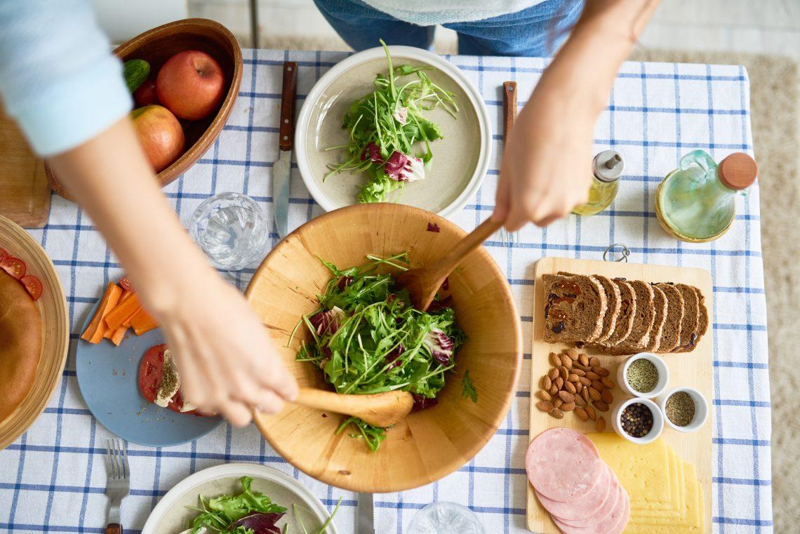 салат в деревянной миске фото