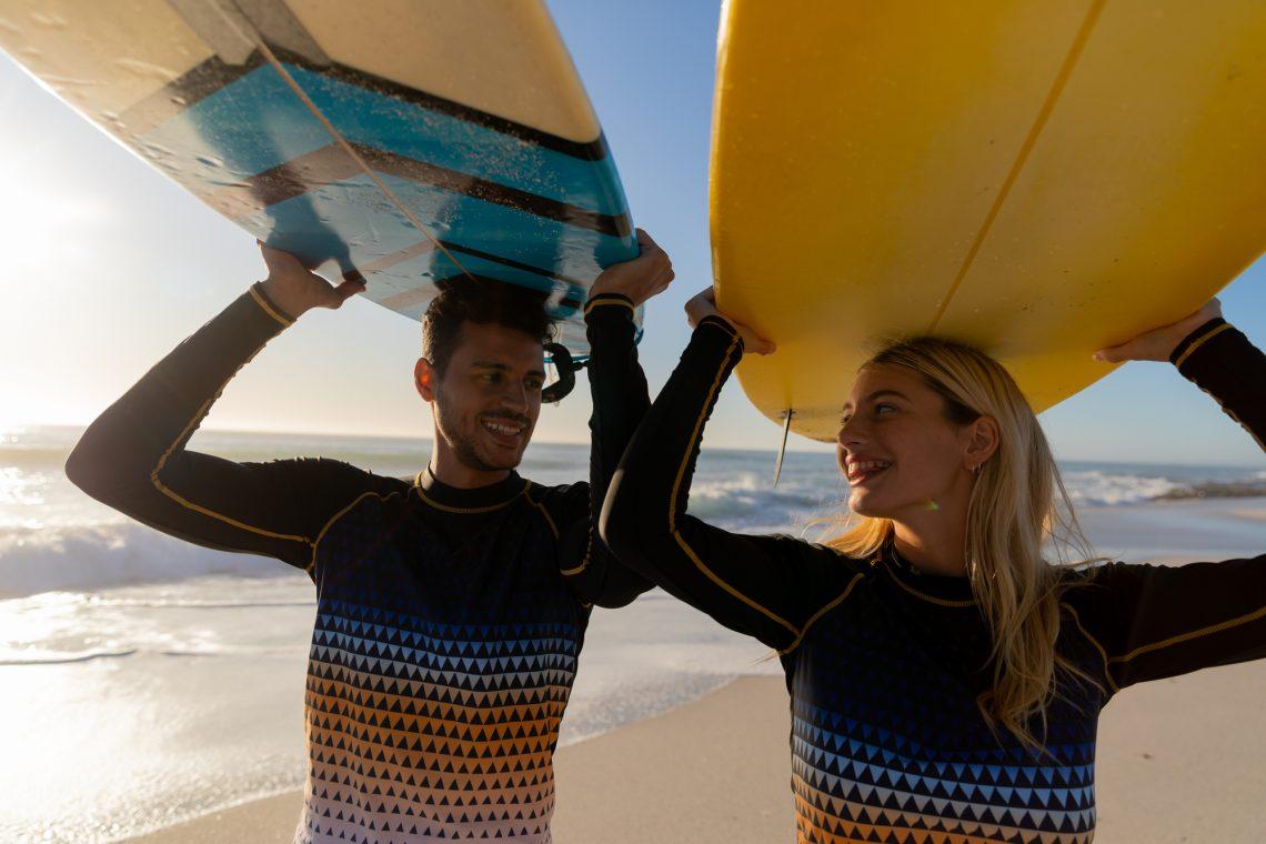 Фото мужчины и женщины с досками для серфинга
