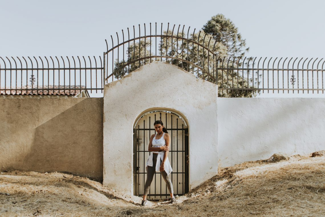 Женщина позирует фотографу на улице фото