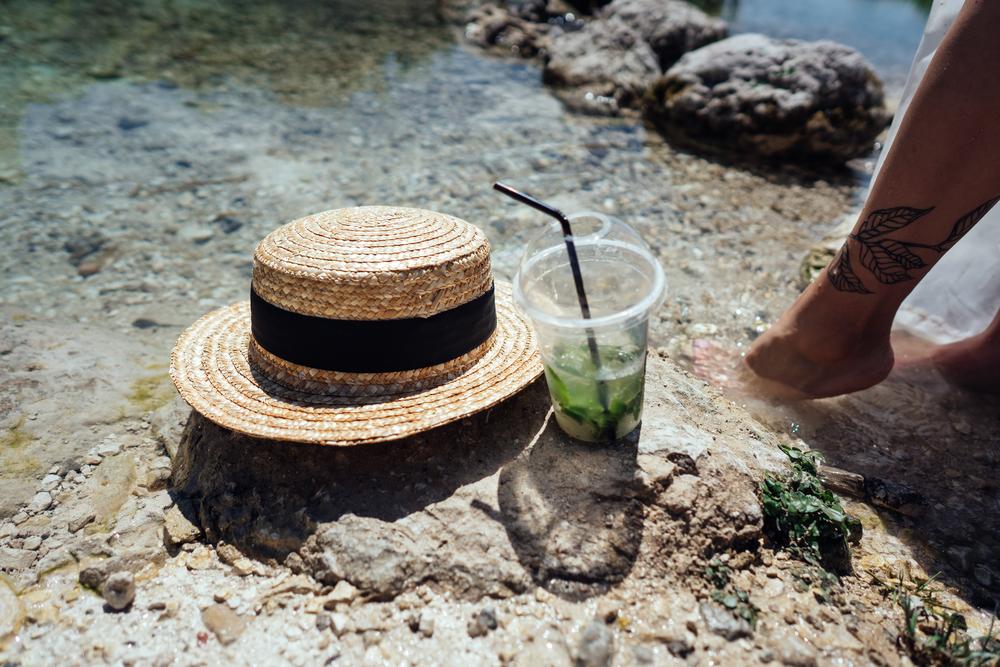 Фото шляпы и мохито на пляже