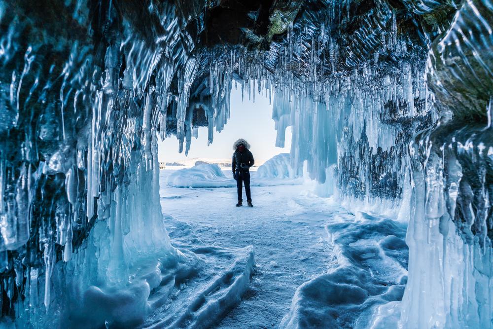 Фото мужчины у входа в ледяную пещеру