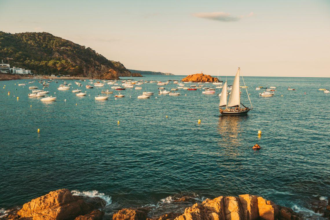Фото яхты и катеров возле берега