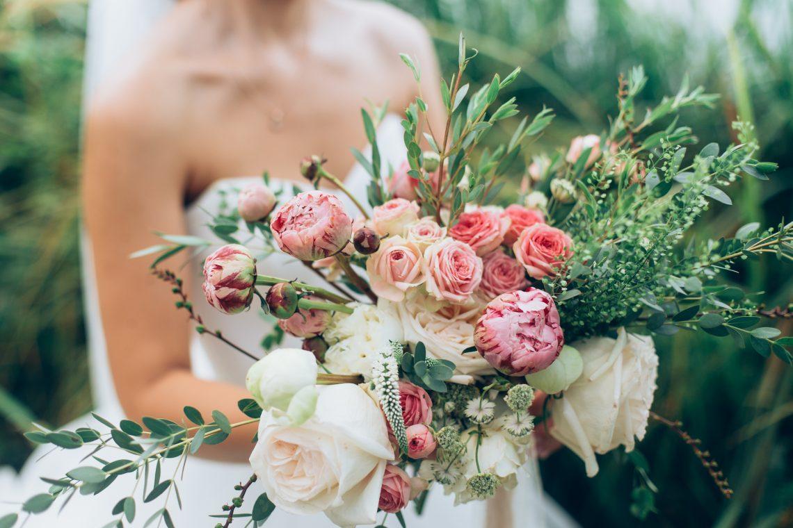 Невеста держит свадебный букет фото