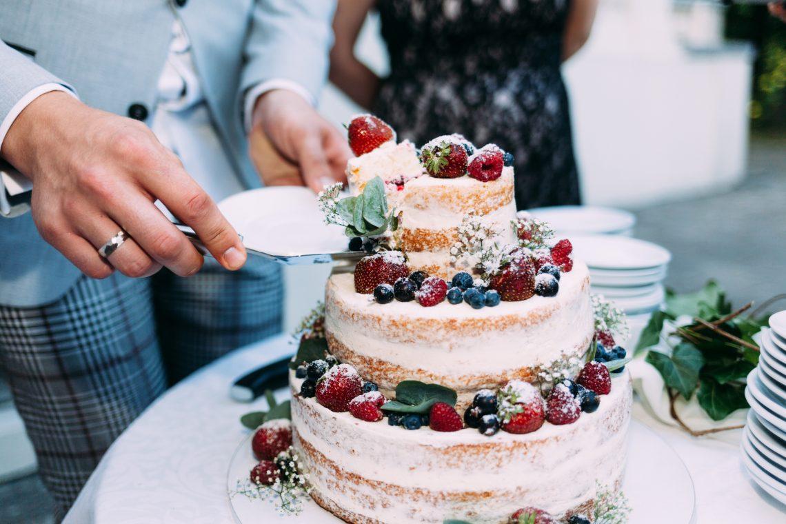 Жених разрезает свадебный торт фото