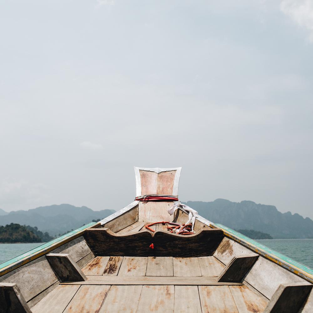 Фото зеленой лодки в море