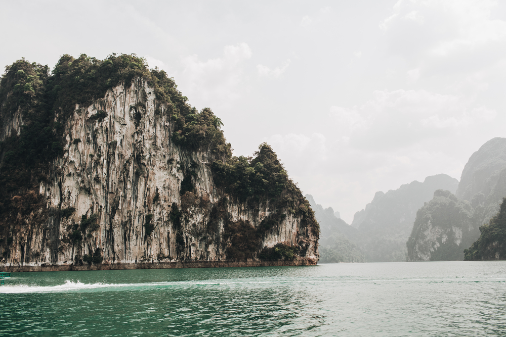 Фото скал в море