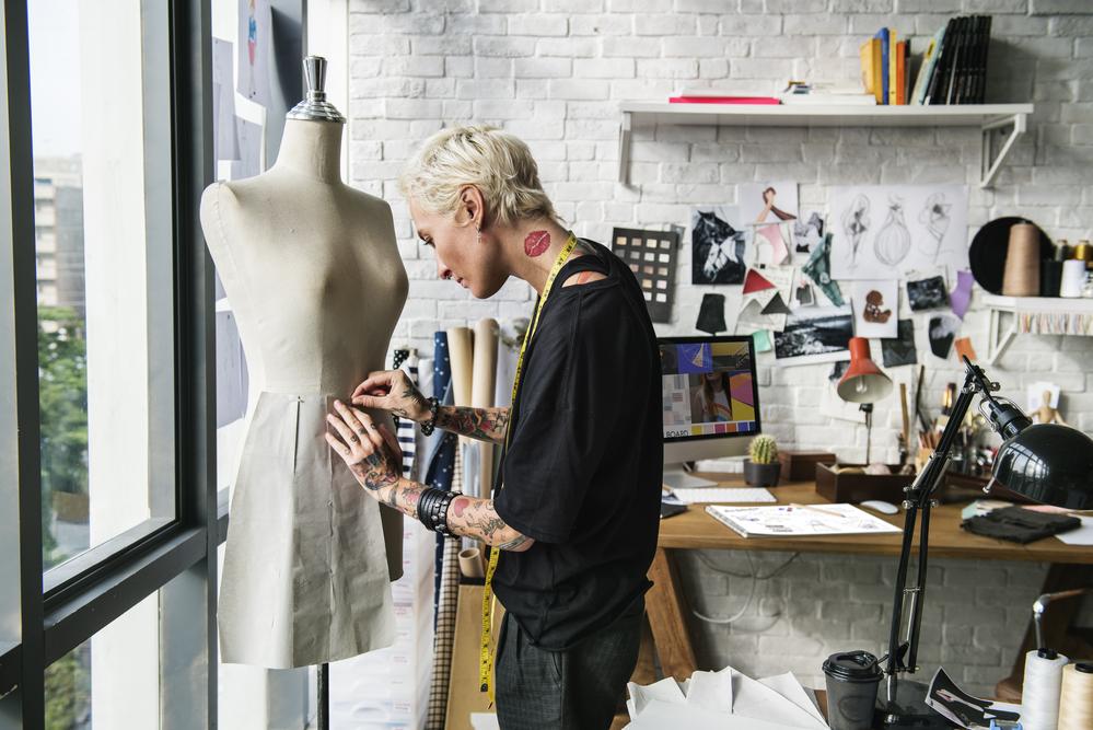 Фото женщина-модельер работает в студии