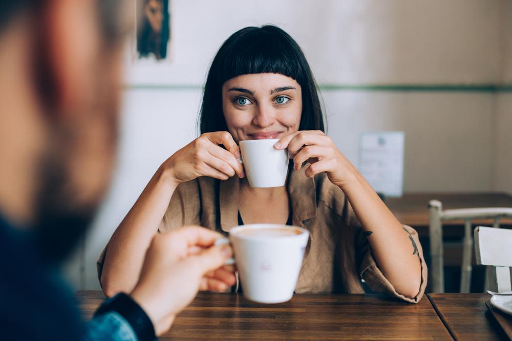 Фото девушка пьет кофе и улыбается