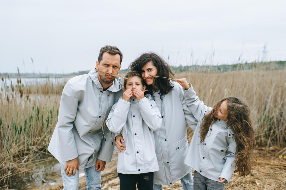 Фото семья родители с детьми веселятся на побережье