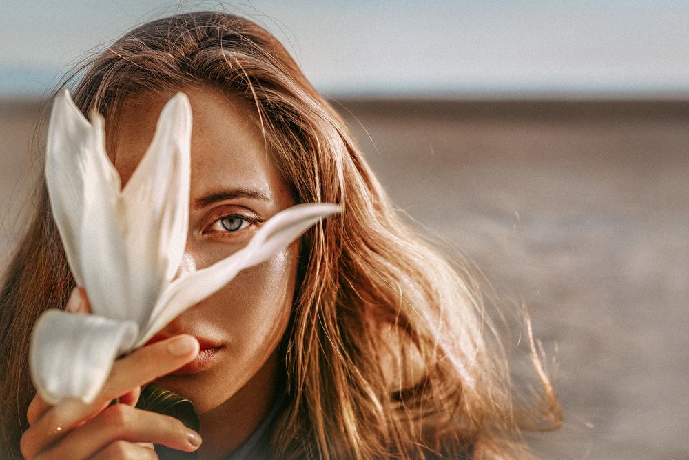 Фото девушка крупным планом с цветком