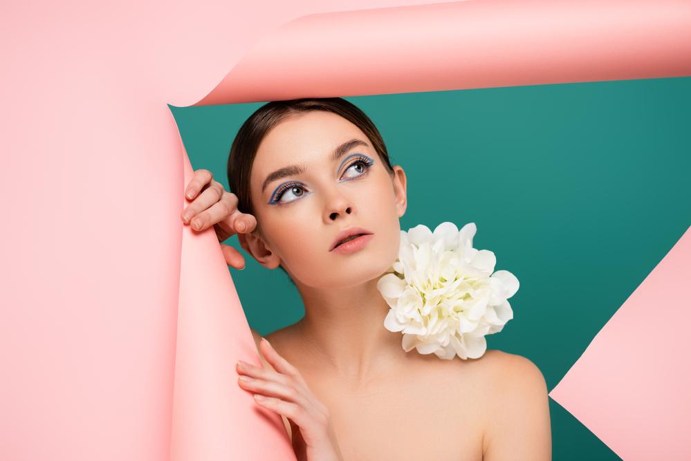 Фото дівчина з квіткою на плечі