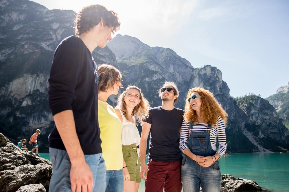 Фото компания друзей на экскурсии в горах