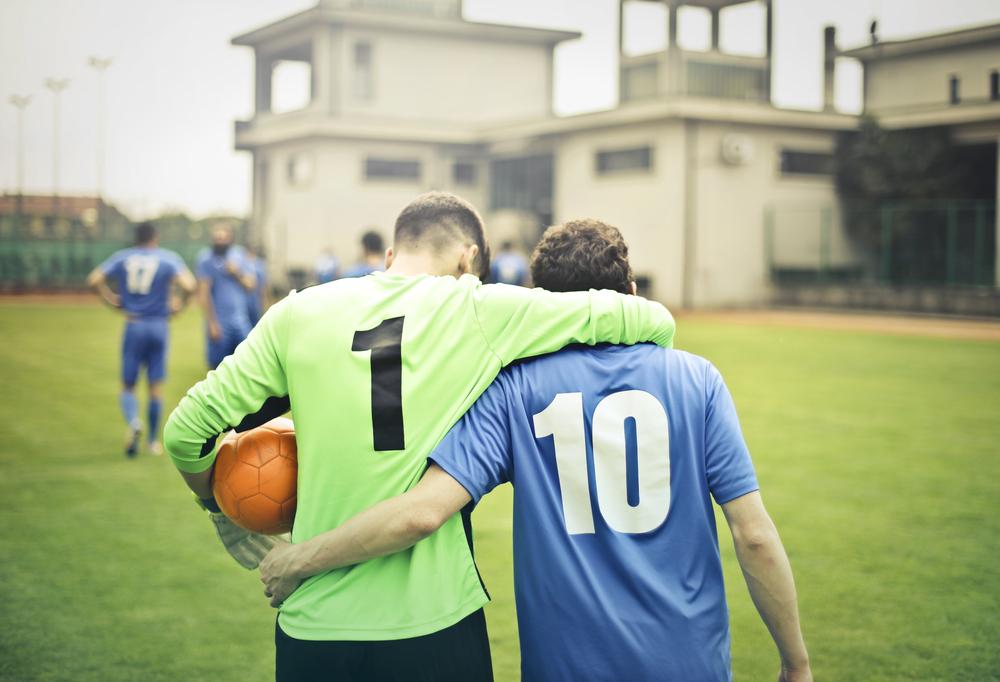 Фото двое футболистов обнимают друг друга