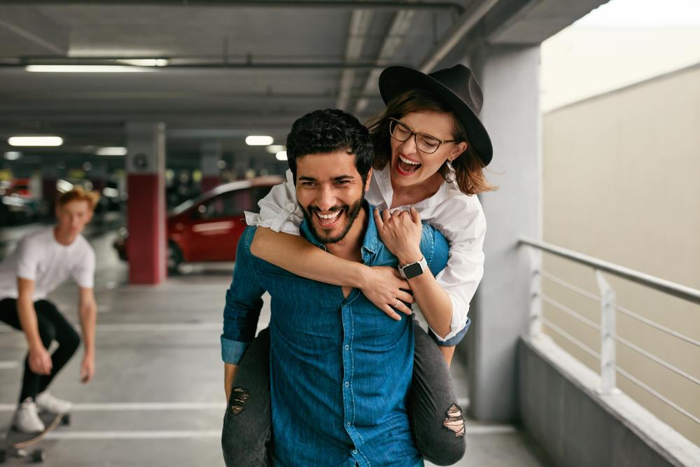 Фото парень с девушкой веселятся