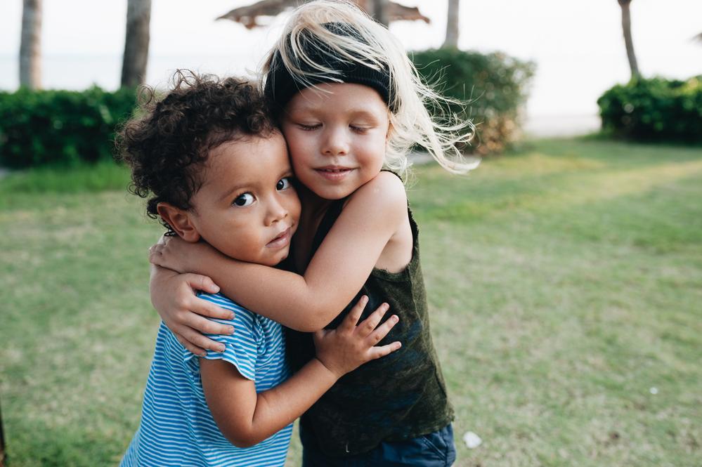 Фото двое детей обнимают друг друга