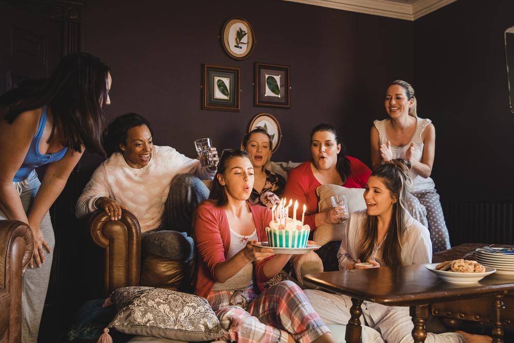 Фото компания девушек отмечает день рождения