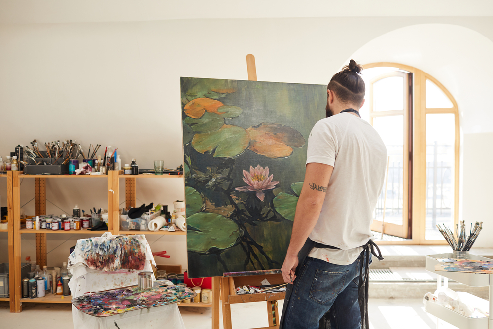 Фото мужчина рисует картину
