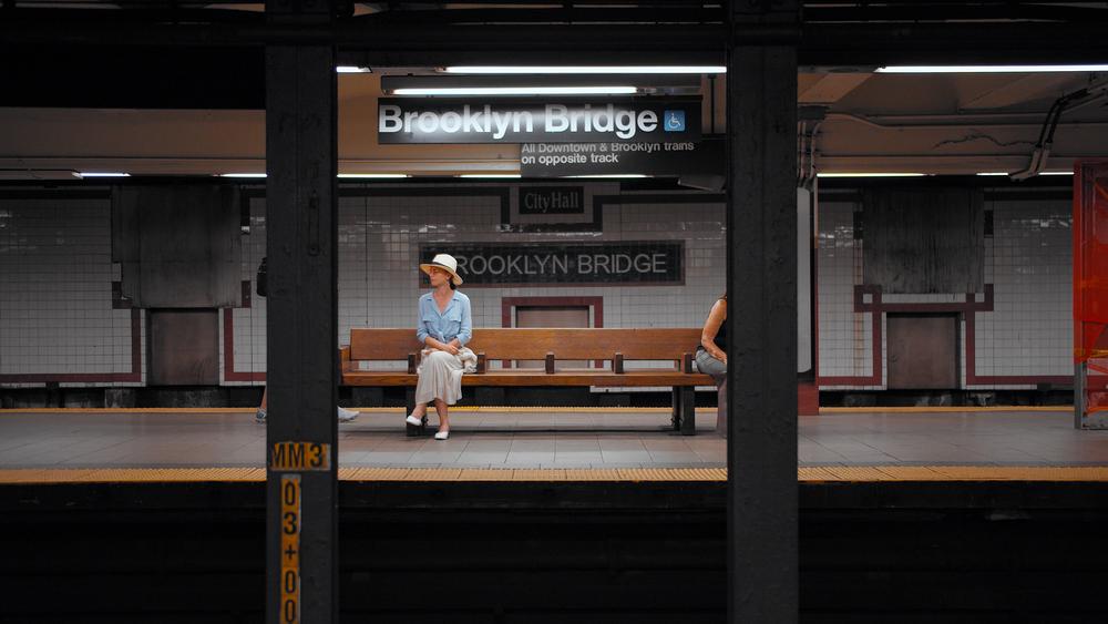 Фото женщина сидит в метро