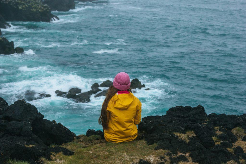 Фото девушка сидит на утесе