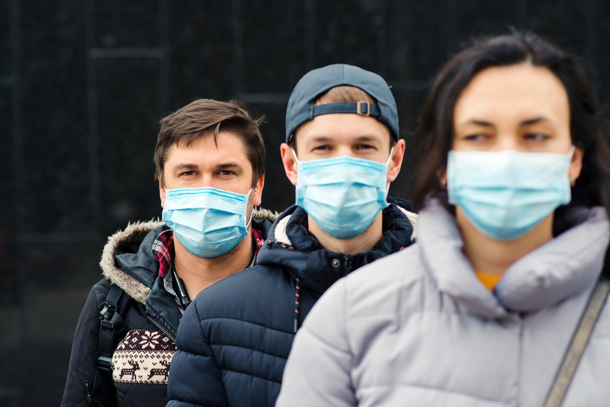 Фото люди в защитных масках