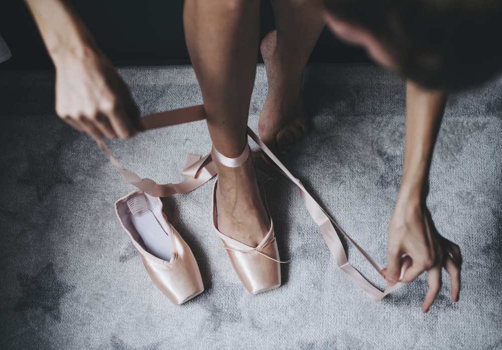 Фото балерина завязывает пуанты