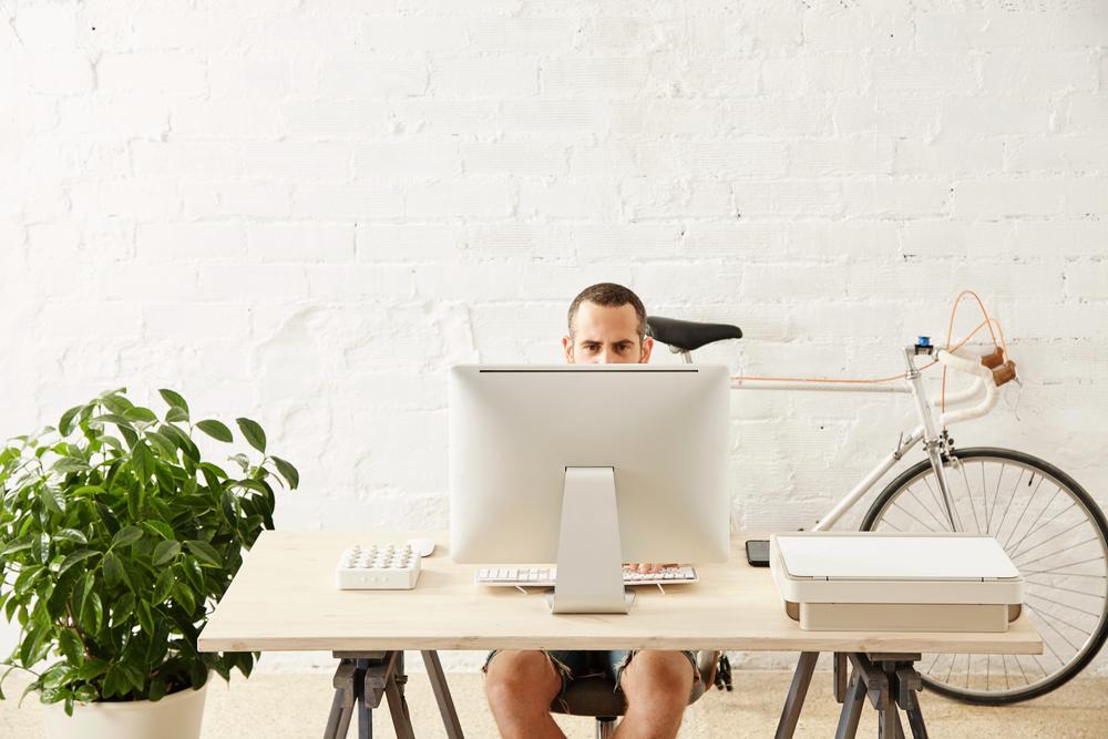 Фрилансер работает дома за компьютером