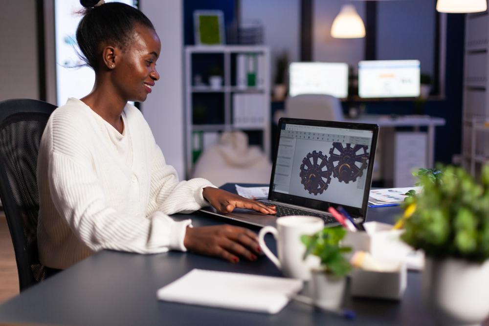 Фото женщина-дизайнер работает за компьютером