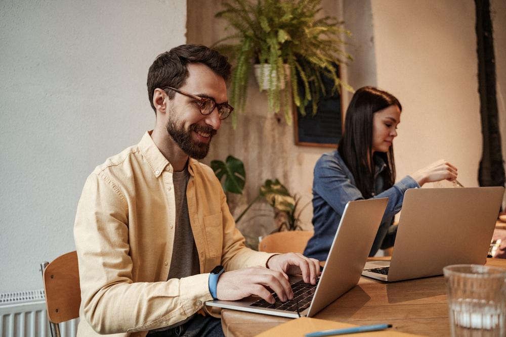 Фото мужчина и женщина печатают на ноутбуках