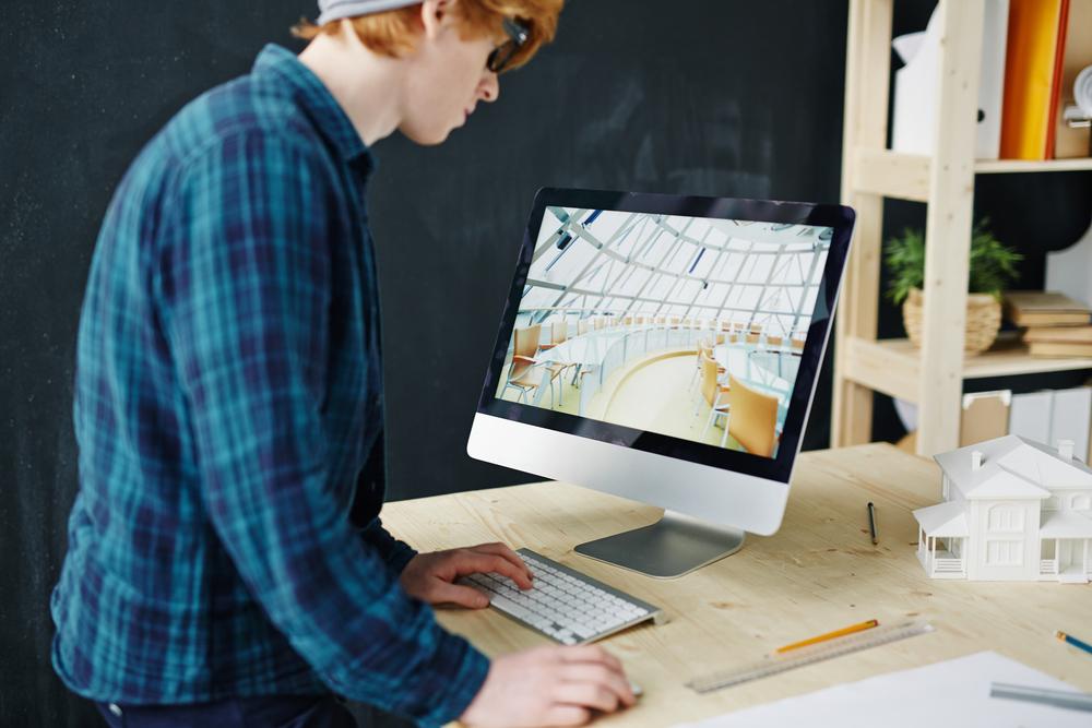 Фото архитектор смотрит на проект на мониторе