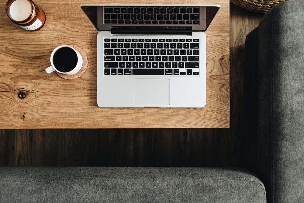 Фото ноутбук и кофе на столе вид сверху