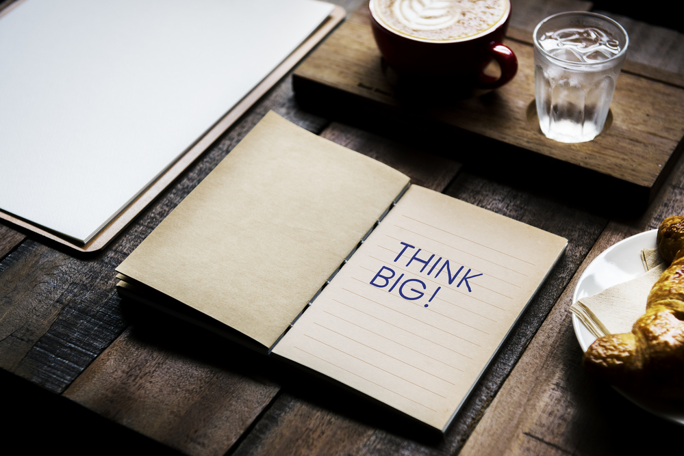 Фото блокнот с надписью Think big