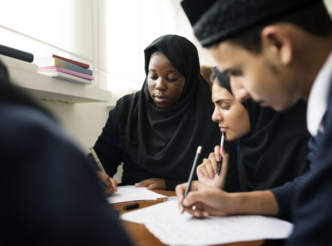 Мусульманські діти навчаються фото