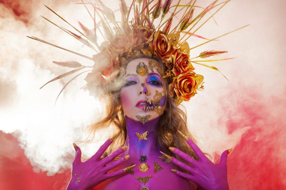 Фото жінки у яскравому образі на День мертвих