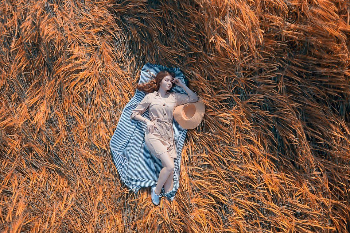Фото дівчини у полі